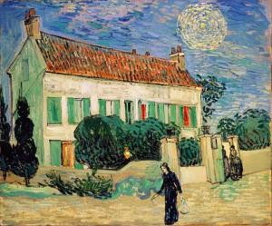 夜の白い家