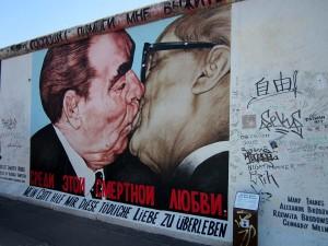 ホーネッカーとブレジネフの熱いキス