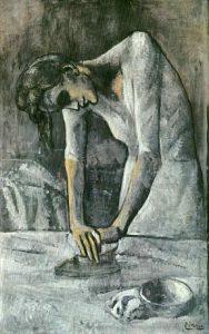 アイロンをかける女性
