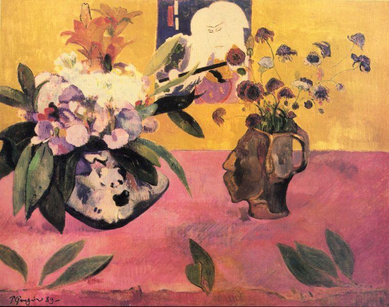 頭のかたちをした花瓶と日本の版画のある静物