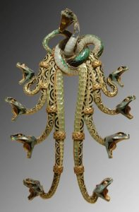 ヘビの胸飾り