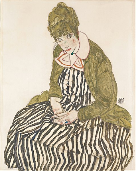 ストライプのドレスで座っているエーディト・シーレ