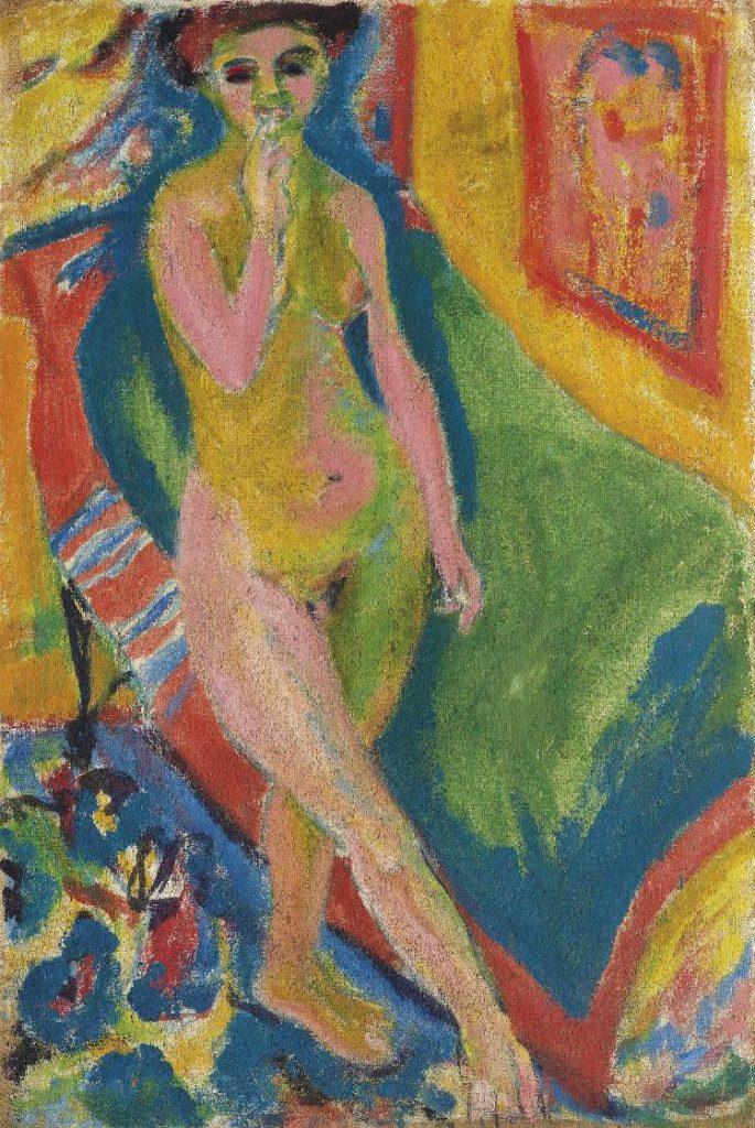 緑のソファの前に立つ裸の少女