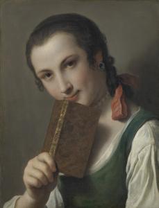 本を手にした若い女