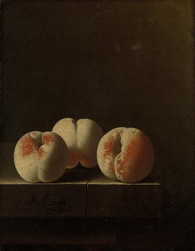 石の台座の上の3つの桃