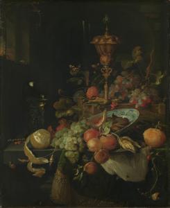 果物と雄鶏の足元にあるビーカーの静物画