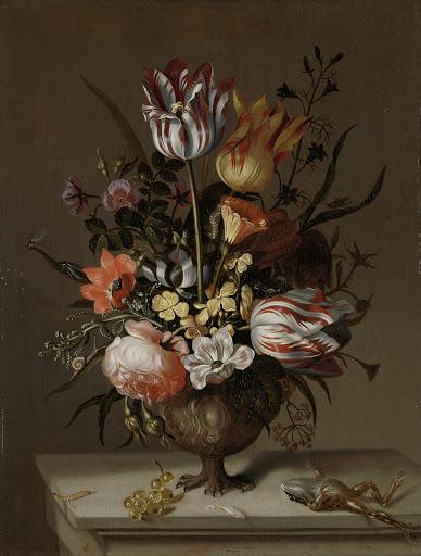 花が入った花瓶と死んだカエルの静物