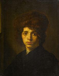 毛皮の帽子を持った若い男