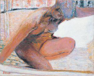 浴室でかがむ裸婦