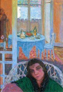 籐椅子に座る女性のいる部屋